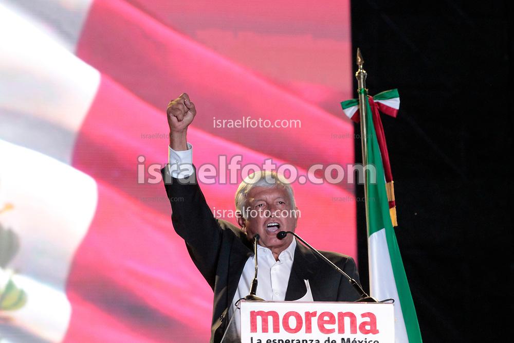 Andrés Manuel López Obrador, AMLO, en el cierre de su campaña por la presidencia de México en el estadio azteca.