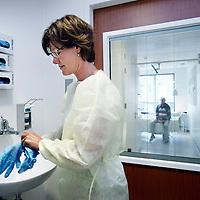Nederland, Hoofddorp , 25 augustus 2014.<br /> Verpleegkundige bereidt zich voor op een bezoek aan  een geisoleerde patient.<br /> Foto:Jean-Pierre Jans