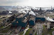 Nederland, Noord-Holland, Velsen, 16-04-2008; terrein van Corus, zicht op de Oxystaalfabriek: in de fabriek wordt vloeibare zuurstof in het ruwijzer geblazen waardoor de koolstof verbrand en hoogwaardig staal ontstaat; achter de fabriek de eigenlijke hoogovens; Corus: voorheen Hoogovens, gefuseerd met British Steel..luchtfoto (toeslag); aerial photo (additional fee required); .foto Siebe Swart / photo Siebe Swart