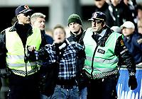 Fotball , <br /> Tippeligaen ,   <br /> 26.10.08 , <br /> Åråsen stadion , <br /> Lillestrøm - Rosenborg , <br /> En RBK supporter føres bort av politiet etter å ha fått en dose med pepperspray , <br /> Foto: Thomas Andersen / Digitalsport