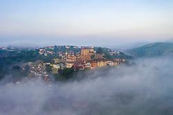 THEMENBILD - Castellinaldo d'Alba umgeben von Frühnebel. Castellinaldo ist ein Dorf im Herzen des Roero-Bezirks. Das Dorf umgibt die Burg aus dem 16. Jahrhundert, die die Häuser darunter überragt. Die Pfarrkirche San Dalmazzo, die Kirche des Heiligen Leichentuchs und die Casa Cottalord, auch bekannt als Casa Rossa (das Rote Haus). In der Gegend gibt es eine Vielzahl hochwertiger Produkte: Pilze, Trüffel, Honig und zahlreiche Sorten Pfirsiche, Birnen, Erdbeeren, Kastanien und Spargel. Castellinaldo, Italien am Samstag, 9. November 2019 // Castellinaldo d'Alba surrounded by morning mist. Castellinaldo is a village in the heart of the Roero district. The village surrounds the 16th-century castle, which overlooks the houses below. The parish church of San Dalmazzo, the Church of the Holy Shroud and Casa Cottalord, also known as Casa Rossa (the Red House). In the area there are a variety of high quality products: mushrooms, truffles, honey and numerous varieties of peaches, pears, strawberries, chestnuts and asparagus. Saturday, November 9, 2019 in Castellinaldo, Italy. EXPA Pictures © 2019, PhotoCredit: EXPA/ Johann Groder