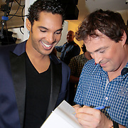 NLD/Eemnes/20111027- Boekpresentatie Koffietijd, Caspar Bürgi signeert het boek voor Richy Brown