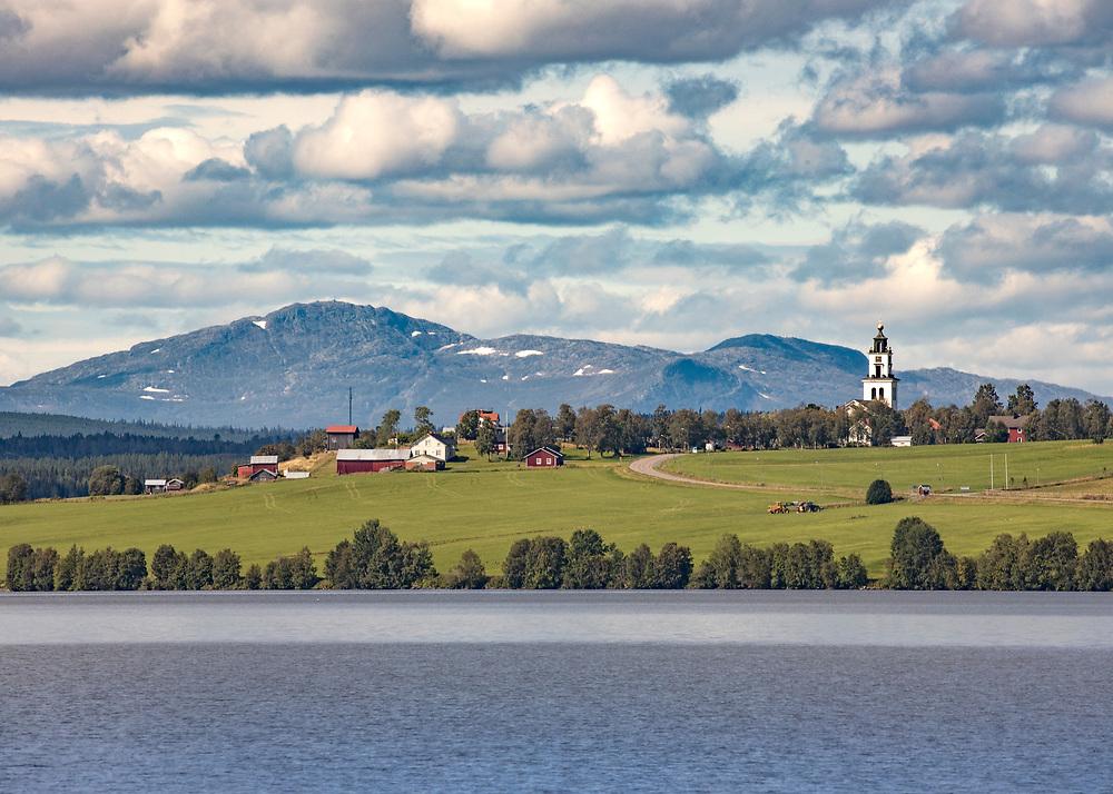 Alsenbygden och Alsens Kyrka med Åreskutan i bakgrunden.