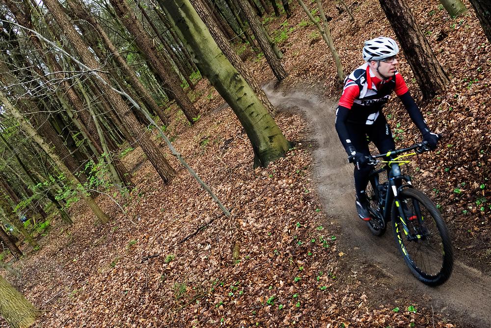 In Leersum rijden mountainbikers over het speciaal aangelegde parcours. Op de Utrechtse Heuvelrug mag alleen op de speciale routes gemountainbiket worden.<br /> <br /> In Leersum mountain bikers are riding on the track in the woods.