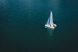 THEMENBILD - ein Segelboot am Zeller See, aufgenommen am 01. August 2020 in Zell am See, Österreich // a sailing boat at the Zeller Lake, Zell am See, Austria on 2020/08/01. EXPA Pictures © 2020, PhotoCredit: EXPA/ JFK