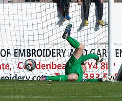 Falkirk's keeper Michael McGovern can't stop Cowdenbeath's Greg Stewart scoring their goal.<br /> Cowdenbeath 1 v 0 Falkirk, 14/9/2013.<br /> ©Michael Schofield.