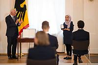 DEU, Deutschland, Germany, Berlin, 01.10.2020: Verleihung des Verdienstordens der Bundesrepublik Deutschland (Bundesverdienstkreuz) durch Bundespräsident Frank-Walter Steinmeier an Leila Younes El-Amaire im Schloss Bellevue.