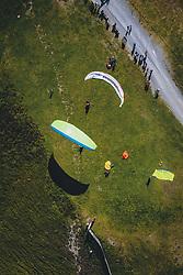 THEMENBILD - Tandem Paragleiter bereiten sich auf den Start auf der Schmittenhöhe vor. Ein beliebtes Ausflugsziel für Wanderer, aufgenommen am 30. Juli 2020, Zell am See, Österreich // Tandem paragliders prepare for the start on the mountain Schmitten. A popular excursion destination for hikers on 2020/07/30, Zell am See, Austria. EXPA Pictures © 2020, PhotoCredit: EXPA/ JFK