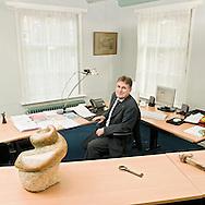 Nederland, Heemstede, 20081107..Leo Deurloo zittend in zijn werkruimte. voorzitter Centrale Directie van IRIS, Stichting voor Chr. Voortgezet Onderwijs.