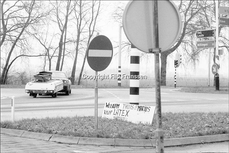 Nederland, Ooij, 04-02-1995Eind januari, begin februari 1995 steeg het water van de Rijn, Maas en Waal tot record hoogte van 16,64 m. bij Lobith. Een evacuatie van 250.000 mensen was noodzakelijk vanwege het gevaar voor dijkdoorbraak en overstroming. op verschillende zwakke punten werd geprobeerd de dijken te versterken met zandzakken. Hier in de Ooijpolder bij Nijmegen keren mensen terug nadat het water het hoogste punt gepasseerd is. Een lokale doe het zelf zaak biedt langs de weg Latex aan.Late January, early February 1995 increased the water of the Rhine, Maas and Waal to a record high of 16.64 meters at Lobith. An evacuation of 250,000 people was needed because of flood risk. At several points people tried to reinforce the dikes with sandbags.DG Foto editie NijmegenFoto: Flip Franssen