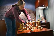 Nederland, Heilig Landstichting, 12-12-2016Opbouw van de traditionele kersttentoonstelling van kertsstalletjes uit de hele wereld uit de collectie Elizabeth Houtzager in museumpark Orientalis. Vanaf zaterdag is hier het Feest van Licht. Gertie Derks zet de kerststalletjes op hun plaats.Foto: Flip Franssen
