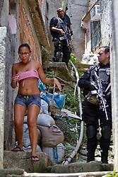 Policiais patrulham a favela Morro do Alemao em 29 novembro de 2010 no Rio de Janeiro, Brasil. A polícia vasculhou os esgotos em favelas do Rio de Janeiro segunda-feira por centenas de traficantes de drogas que fugiram de um ataque militar sem precedentes sobre as favelas cariocas que rendeu 40 toneladas de entorpecentes, mas poucas prisões. FOTO: Jefferson Bernardes/Preview.com
