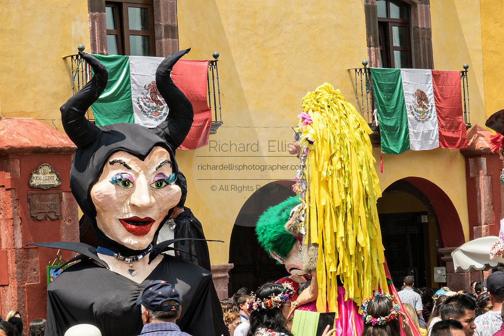 Giant papier mâché puppets called mojigangas dance in the Jardin Allende during a children's parade celebrating Mexican Independence Day celebrations September 17, 2017 in San Miguel de Allende, Mexico.