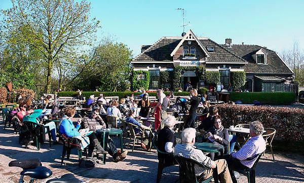 Nederland, OOij, 18-4-2010Vanwege het mooie lenteweer is het druk op het terras van huiskamercafe oortjeshekken.Foto: Flip Franssen/Hollandse Hoogte