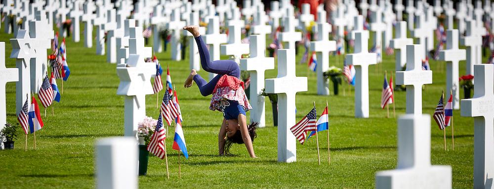 MARGRATEN-Tijdens de toespraken doet een meisje haar turnoefeningen. Rutte bezoekt Margraten tijdens Memorial Day<br /> Minister-president Mark Rutte is aanwezig bij de jaarlijkse Memorial Day herdenking. Sinds 1945 wordt deze Amerikaanse dodenherdenking op de zondag voor de laatste maandag in mei gehouden op de Amerikaanse begraafplaats in Margraten. Hier liggen 8.301 Amerikaanse militairen begraven die zijn omgekomen tijdens de Tweede Wereldoorlog. <br /> De minister-president zal tijdens de herdenking een toespraak houden. Naast de minister-president zijn ook minister Hennis-Plasschaert van Defensie, Tweede Kamervoorzitter Van Miltenburg en de Amerikaanse ambassadeur in Nederland, Timothy Broas aanwezig. Hennis en Rutte leggen een krans. <br /> ANP MARTIJN BEEKMAN