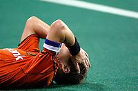 WK Hockey. Nederland-Duitsland 0-1. Na afloop ligt aanvoerder Jeroen Delmee teleurgesteld en uitgeteld op het kunstgras van het Bukit Jalil Hockeystadion.