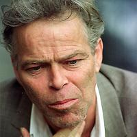 Nederland. Amsterdam. 27 mei 2003..Martin Bril voor de klapstoel, schrijver en columnist..Dutch writer and columnist Martin Bril (1959-2009) .
