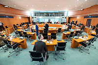 01 APR 2020, BERLIN/GERMANY:<br /> Uebersicht Saal vor Beginn der Kabinettsitzung, die aufgrund der Abstandsregeln wegen der Corona-Pandemie im  Internationalen Konferenzsaal stattfindet, Bundeskanzleramt<br /> IMAGE: 20200401-01-012<br /> KEYWORDS: Kabinett, Sitzung, Übersicht