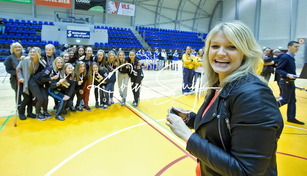 ROTTERDAM -  International Sophie Polkamp (r) zet haar teamgenoten op de foto na de  finale zaalhockey om het Nederlands kampioenschap tussen de  vrouwen  van Amsterdam en MOP.  Amsterdam wint de finale en dus het Kampioenschap.ANP KOEN SUYK