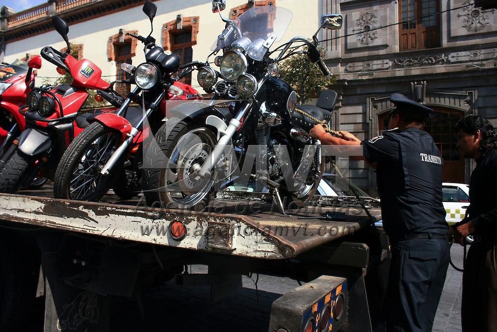 TOLUCA, México.- La Dirección de  Tránsito de Toluca inició este lunes un operativo para revisar las motocicletas que circulan por la capital mexiquense, pidiéndoles a los conductores que cuenten con el equipo de seguridad adecuado, como casco, guantes y lentes protectores, los que no cumplen con estos requisitos son remitidas las unidades al corralón y el pago de una multa. Agencia MVT / Xochitl García. (DIGITAL)