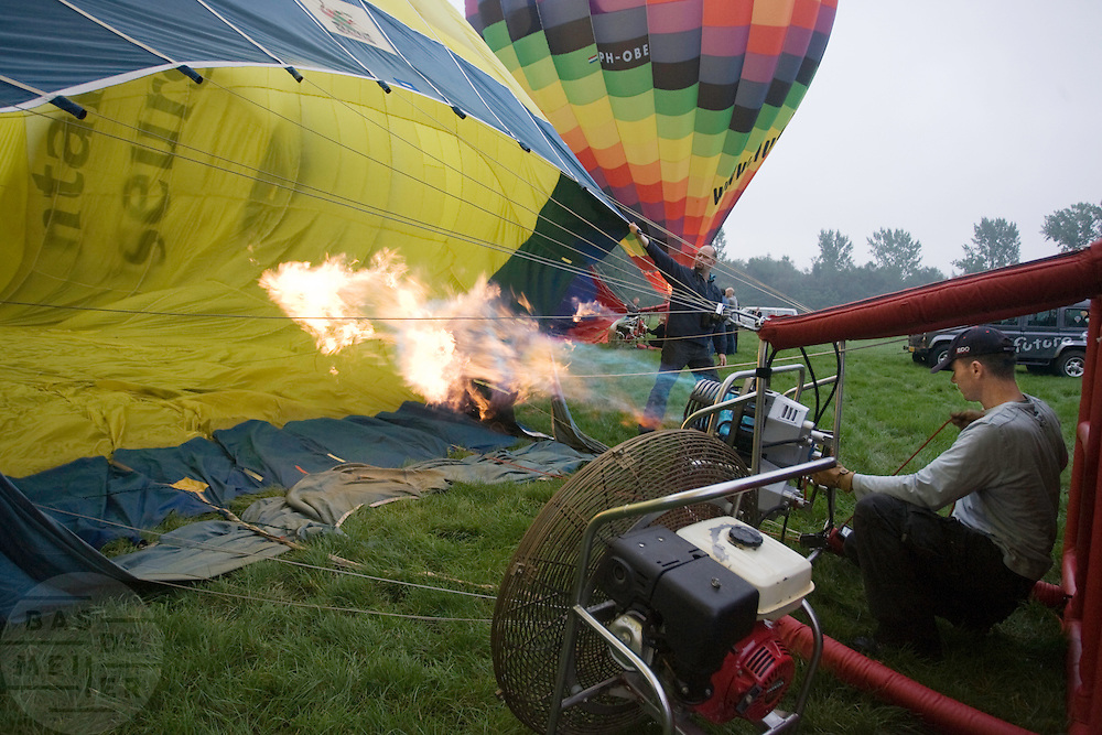 Een heteluchtballon wordt klaar gemaakt voor vertrek<br /> <br /> An air balloon is being prepared for a sail in the air