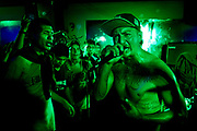 """Pedro Mosqueira conocido como """"Pedro Mo"""" canta junto a sus seguidores en un concierto. Él es uno de los raperos más conocidos en Perú, caracterizado por sus letras con carácter social y político y de enfoque a la comunidad. El año 2012 grabo """"Hip Hop"""" donde hace uso del quechua, esta canción obtuvo mucha difusión en plataformas virtuales y redes sociales. Cusco, 2016"""