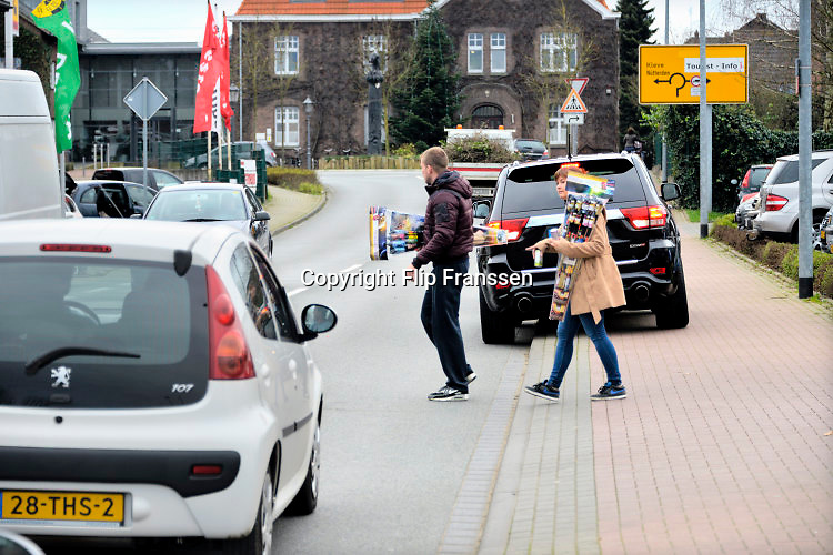 Duitsland, Germany, Kranenburg, 29-12-2015 Veel mensen uit Nederland kopen vuurwerk over de grens bij Nijmegen. Het Duitse siervuurwerk is goedkopen dan het Nederlandse. Germany, Kranenburg, 29 December. Sale of legal fireworks in a store. In Germany the firework is a lot cheaper as in Holland. Foto: Flip Franssen/Hollandse Hoogte