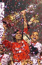 O capitão do Internacional, Fernandão ergue a taça da Copa Libertadores da América 2006 para comemorar o título desta temporada após empatar com o São Paulo (SP) na segunda partida da final que foi realizada no Estádio Beira Rio, em Porto Alegre. FOTO: Jefferson Bernardes/Preview.com
