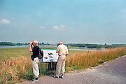 Nederland, Ooijpolder, 10-7-2000Vogelaars, het bekijken van vogels.Foto: Flip Franssen/Hollandse Hoogte
