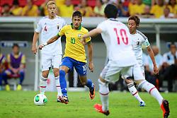 Neymar enfrenta marcação durante a partida entre Brasil e Japão, válida pela primeira rodada da Copa das Confederações, no Estádio Nacional Mané Garrincha, em Brasília. FOTO: Jefferson Bernardes/Preview.com