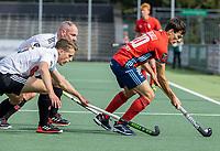 AMSTELVEEN -  Ladislao Gencarelli (Tilburg) met Bram Huijbregts (Amsterdam)  tijdens de hockey hoofdklasse competitiewedstrijd  heren, Amsterdam-HC Tilburg (3-0).  COPYRIGHT KOEN SUYK