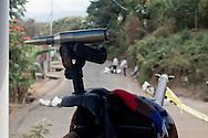 Un 50 mm in una barricata a Periban.