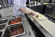 Nederland, Nijmegen, 17-4-30212Centrale keuken van een ziekenhuis. aan de lopende band worden de warme maaltijden voor de patienten opgeschept.Hygiene, dieet, aangepaste voeding.Foto: Flip Franssen