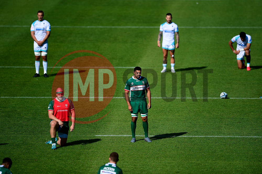 London Irish and Worcester Warriors pause for a moment prior to kick off in aid of the Rugby Against Racism campaign  - Mandatory by-line: Ryan Hiscott/JMP - 13/09/2020 - RUGBY - Twickenham Stoop - London, England - London Irish v Worcester Warriors - Gallagher Premiership Rugby