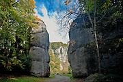 Brama Krakowska - skalna brama w Ojcowskim Parku Narodowym w Dolinie Prądnika, Ojców, Polska<br /> Cracow Gate - rocky gate in the Ojcowski National Park in the Pradnik Valley, Ojców, Poland