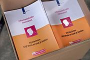 Nederland, Venlo.16-6-2020  Voorlichtingsfolder, informatiefolder, van de rijksoverheid,  het ministerie van volksgezondheid over het testen bij klachten voor het coronavirus, covid-19 . Het beleid van de regering mbt tot de aanpak van de coronacrisis wordt onderwerp van evaluatie en onderzoek . Voorlichting, informatie,publiek,bevolking, informeren, vootlichten . Foto: Flip Franssen