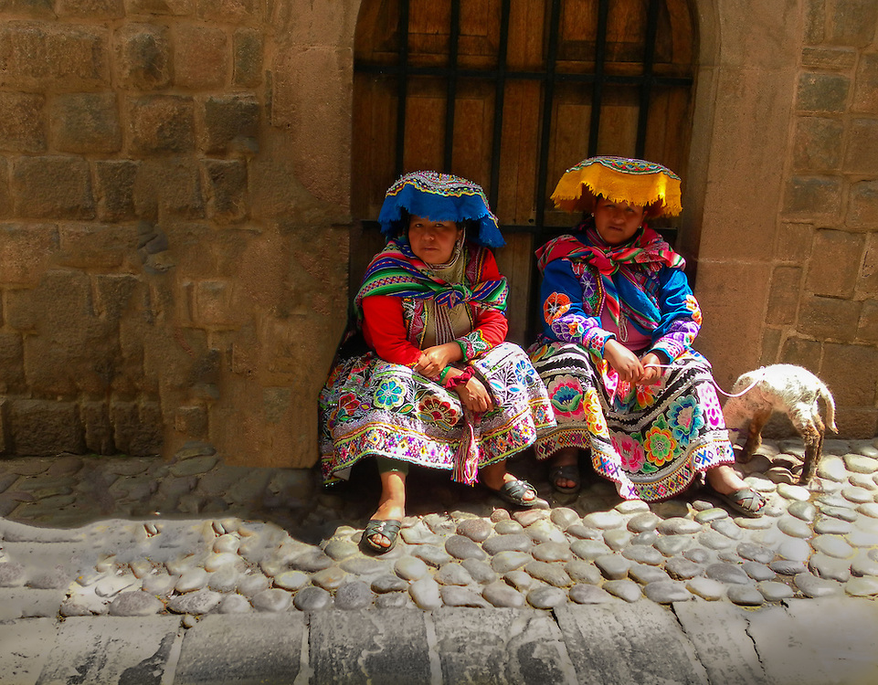 These two Qechua ladies colorful attire called my attention.
