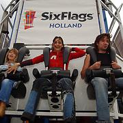 Acteurs bezoeken Six Flags Biddinghuizen, Linda Janssen Touriya Haoud en Spiros Chalos