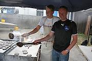 Roger Kjøsnes og Morten Furan jobbet i grillen for Selbu Ballklubb. Foto: Bente Haarstad Sommerfestivalen i Selbu er en av Norges største musikkfestivaler. Sommerfestivalen is one of the biggest music festivals in Norway.