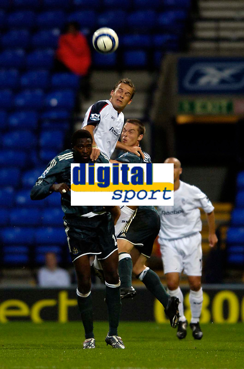 Fotball<br /> England 2005/2006<br /> Foto: SBI/Digitalsport<br /> NORWAY ONLY<br /> <br /> Bolton Wanderers v Newcastle United. The Barclays Premiership. 24/08/2005.<br /> <br /> Bolton's Kevin Davies (C) rises highest to beat Newcastle's Shola Ameobi (L) and Scott Parker to the ball.