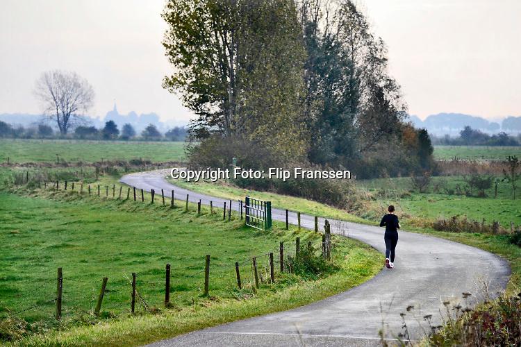 Nederland, Ubbergen, 30-10-2019 Vlak buiten nijmegen, in de Ooijpolder is het prachtig om een stuk te lopen. Foto: Flip Franssen/Hollandse Hoogte