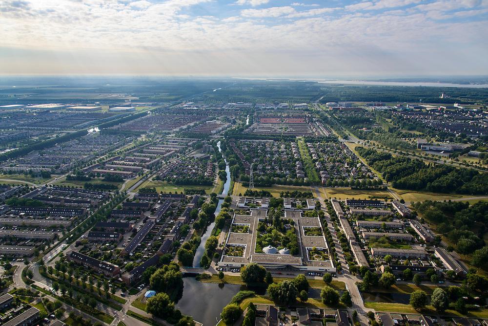 Nederland, Flevoland, Gemeente Almere, 27-08-2013; Almere Stad Oost, Danswijk, gezien naar de A6. Gebouw Polderburen van Zorggroep Almere aan de Schietwilgsingel (beneden midden) . Gooimeer in de achtergrond.<br /> Eastern residential district (Danswijk=dance district)in the newly constructed city of Almere.<br /> luchtfoto (toeslag op standaard tarieven);<br /> aerial photo (additional fee required);<br /> copyright foto/photo Siebe Swart.