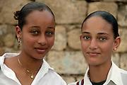"""Tal como na vizinha Ilha do Fogo, na Brava encontram-se muitas pessoas de pele e olhos claros que s""""o alvo da chacota dos habitantes das outras ilhas que dizem que """"eles pensam que s""""o brancos""""."""