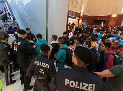 14.09.2015, Hauptbahnhof Salzburg, AUT, Fluechtlinge am Hauptbahnhof Salzburg auf ihrer Reise nach Deutschland, im Bild Flüchtlinge drängen in Richtung abfahrender Züge, sie werden von Polizisten eskortiert // Refugees urge toward trains, they are escorted by police officers. Thousands of refugees fleeing violence and persecution in their own countries continue to make their way toward the EU, Main Train Station, Salzburg, Austria on 2015/09/14. EXPA Pictures © 2015, PhotoCredit: EXPA/ JFK
