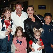 Premiere Airbud Amsterdam, Mona Rooth - van Leeuwen en kinderen en Willem met kinderen Shakib, Romana en Lindy