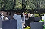 Nederland, Balgoy, 21-10-2016Kerkhof. Er zijn graven met kennisgeving van ruiming.De Wijchense parochie De Twaalf Apostelen start binnen enkele maanden met het ruimen van graven op de kerkelijke begraafplaats in Balgoij. Nabestaanden van daar gelegen personen krijgen tot kort na Allerzielen een laatste kans ruiming van een graf te voorkomen. Het voornemen om graven waarvoor geen grafrechten worden betaald te ruimen, is al lange tijd omstreden in het dorp.Vijf jaar geleden dreigde een kwart van de ongeveer tweehonderd grafstenen verwijderd te worden, omdat er al lange tijd niet voor werd betaald.Foto: Flip Franssen