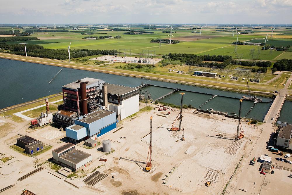 Nederland, Flevoland, Lelystad, 09-04-2008; IJsselmeerdijk, nieuwe Flevocentrale van producent Electrabel in aanbouw op eiland voor de kust van Flevoland; dit eiland werd speciaal aangelegd voorr de oude centrale (inmiddels gesloopt); in de achterrond het windpark (windmolenpark); de nieuwe centrale is een hoogrendement energie-efficiënte gasgestookte centrale; elektrabel. .luchtfoto (toeslag); aerial photo (additional fee required); .foto Siebe Swart / photo Siebe Swart