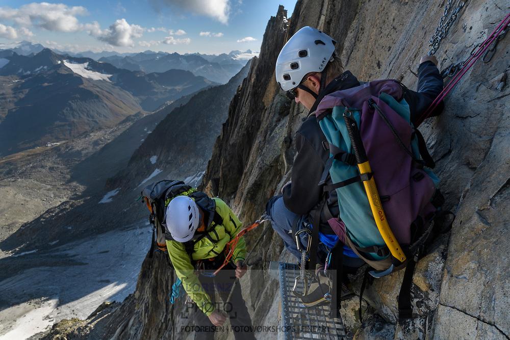 Zwei Alpinisten beim Abseilen vom Galengrat, Furka, Uri, Schweiz<br /> <br /> Two alpinists are abseiling from the Galengrat, Furka, Uri, Switzerland