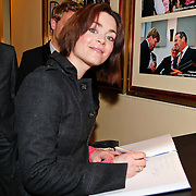 NLD/Amsterdam/20110125 - Opening Amsterdamse Effectenbeurs door cast Legally Blond, Kim-Lian signeert het gastenboek