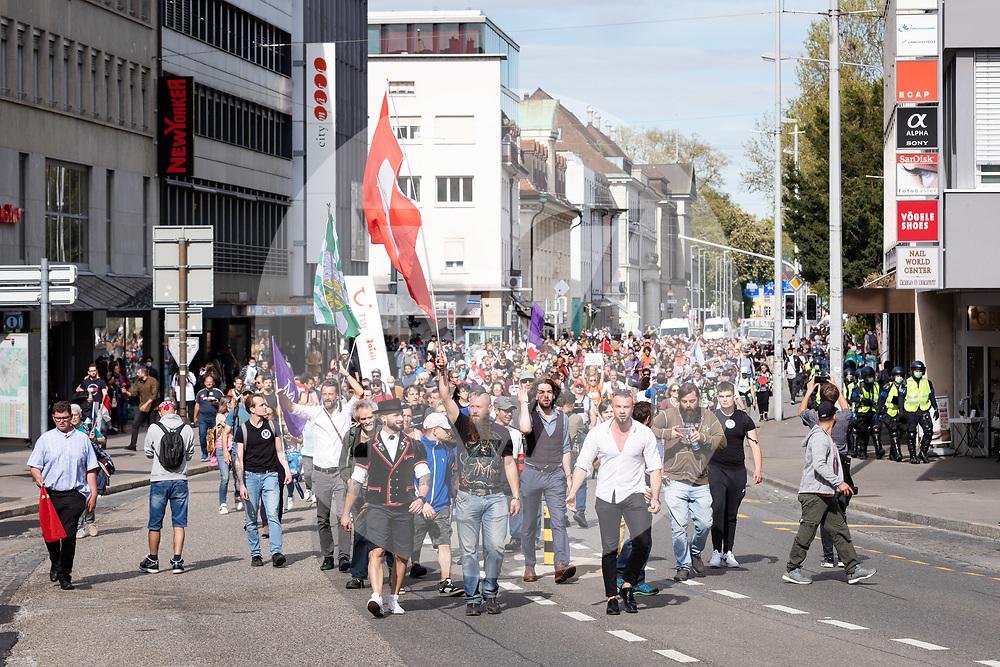 SCHWEIZ - AARAU - Eine unbewilligte Demonstration gegen die Coronamassnahmen und die Corona-Politik, nach dem eine Polizeisperre auf der Bahnhofsstrasse aufgelöst wurde und die Demonstranten aus der Stadt begleitet werden. Zu dieser unbewilligten Demonstration wurde über die Sozialen Medien aufgerufen. Ursprünglich hat das 'Aktionsbündnisses Aargau-Zürich' (ABAZ) versucht in Aarau und Wettingen eine Demonstration anzumelden, beide wurden von den Behörden nicht bewilligt. - 08. Mai 2021 © Raphael Huenerfauth - https://www.huenerfauth.ch